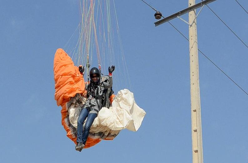 ع سحرقریشی با و تصاویر: نجات زن پاراگلایدر سوار در مشهد