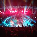 اقدام عجیب و جالب خواننده پاپ در کنسرتش