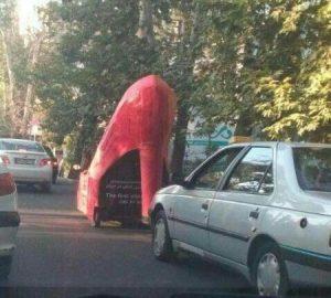 ماشین عجیب , مدل کفش پاشنه بلند زنانه در خیابان های تهران+ تصاویر