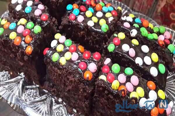 کیک خانگی لذیذ با روکش شکلات و اسمارتیز