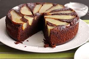 کیک اسفنجی با خودنماییِ تکه های گلابی +عکس