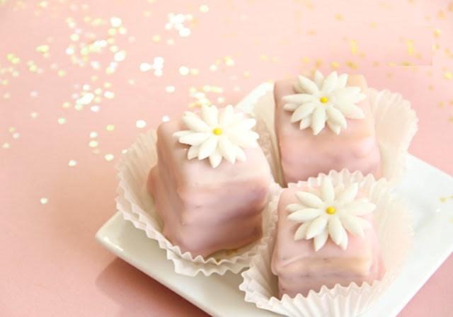کیک پتی بور خوشمزه و ساده با رویه فوندانت مایع!+عکس
