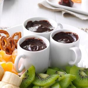 شکلات کاراملی با میوه و چوب شور، عصرانه ای فوری و لذیذ! +عکس