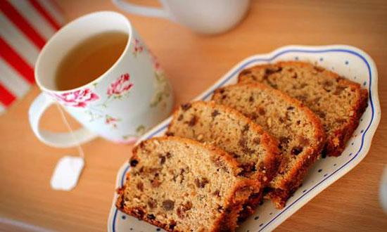 عصرانه امروز ، یک فنجان چای با برشی از کیک شکلاتی +عکس