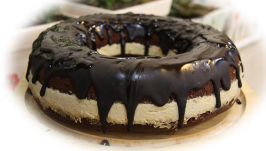 طرز تهیه کیک شکلاتی لذیذ با دسر موز + عکس