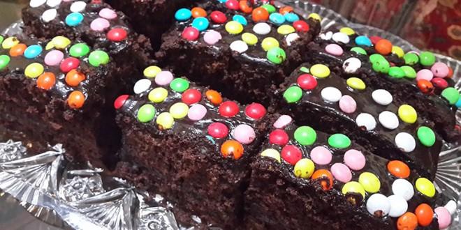 کیک خانگی لذیذ با روکش شکلات و اسمارتیز!+عکس