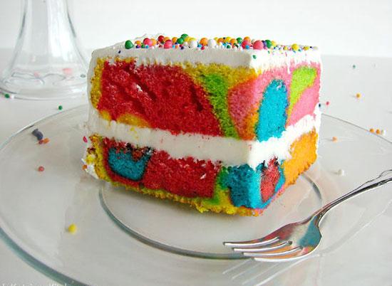 هنگام برش زدن به کیک با رنگ های متنوع سورپرایز می شوید +عکس