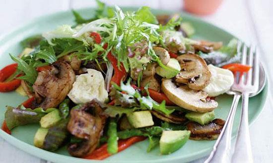 سالاد فلفل و قارچ کنار گوشت کبابی خیلی میچسبه +عکس