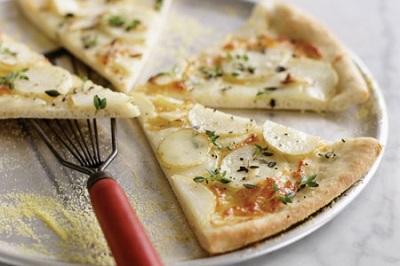 پیتزای جالب و لذیذ با سیب زمینی و پنیر!+عکس