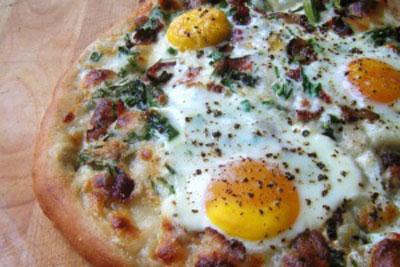 پیتزا نیمرو, یک صبحانه متفاوت و خوشمزه! +عکس