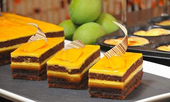 کیک لایه ای با لایه های شکلات و انبه +عکس