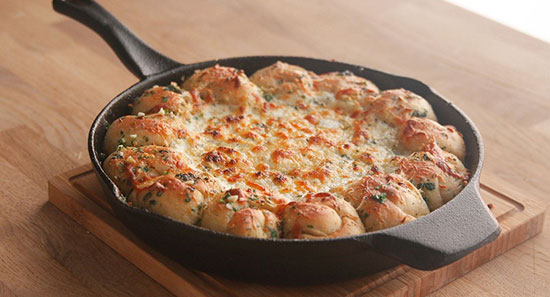 طرز تهیه دیپ پیتزای لقمه با سیر و پنیر، یک دیپ بسیار خوشمزه +عکس