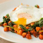 طرز تهیه مواد ارگانیک تخم مرغ ، نخود، اسفناج و گوجه فرنگی +عکس