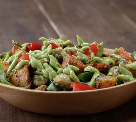 طرز تهیه سالاد سبزیجات سرخ شده با سس آووکادو +عکس