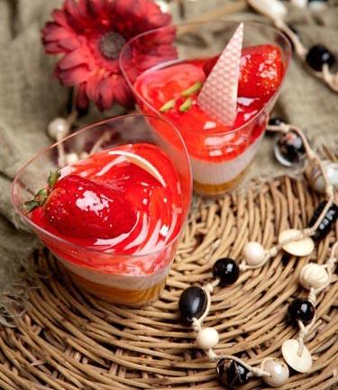 طرز تهیه دسر توت فرنگی هیجان انگیز و شیک سه رنگ +عکس