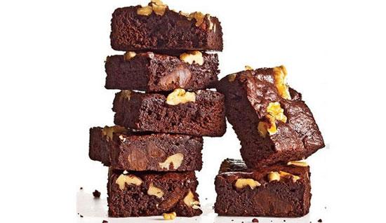 طرز تهیه براونی کلاسیک گردویی با طعمی غنی از کاکائو، شکلات +عکس