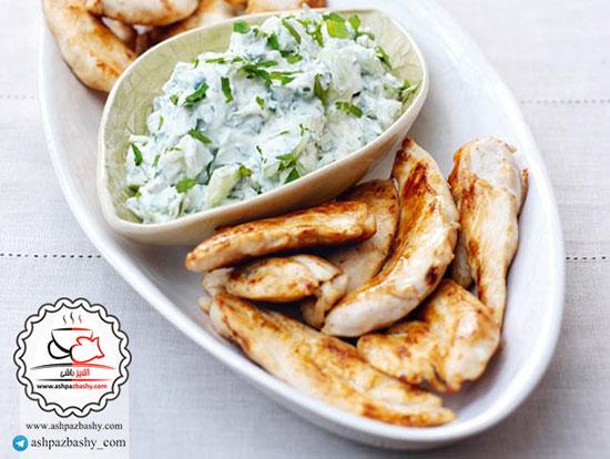 طرز تهیه مرغ با سس ماست و پیازچه ، غذایی با سس خاورمیانه ای +عکس