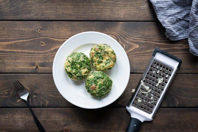 طرز تهیه تخم مرغ های پنیری با قالب مافین +عکس