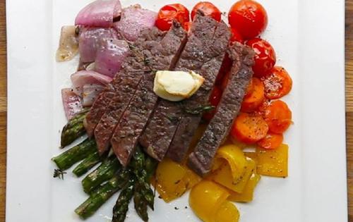 طرز تهیه استیک با سبزیجات هفت رنگ در فر
