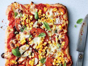 طرز تهیه پیتزا گوجه فرنگی، ریحان و ذرت