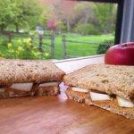 ساندویچ سیب و کره بادام زمینی مغذی و فوری برای مدرسه