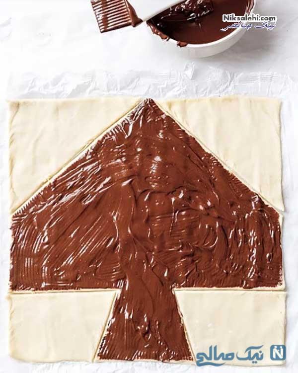 تزئین نان شیرینی شکلاتی به شکل درخت کریسمس