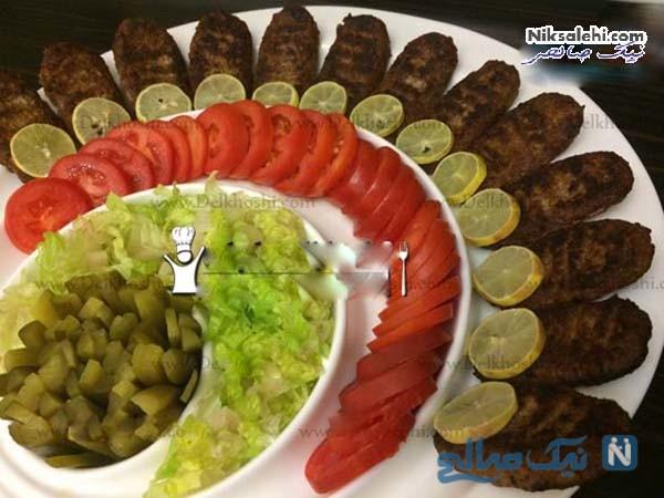 تزیین کتلت با خیارشور و گوجه
