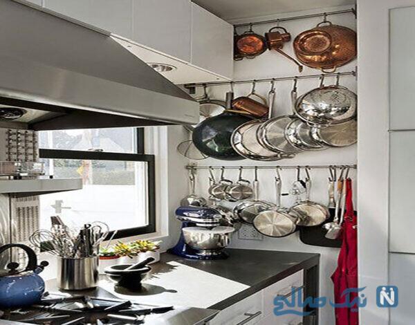 در این آشپزخانه، تنها با دو لوله ی مسی محلی برای قابلمه ها در زیر شلف ها فراهم کرده ایم