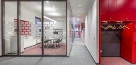 دکوراسیون دفتر مرکزی برندِ فیلیپس با بهره گیری از رنگ های متنوع و شارپ به محیطی هیجان آور تبدیل شده +تصاویر