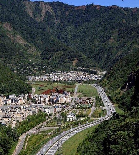 موزه یادبودی که منظره گسیخته و ویران شده زلزله مهیب چین را شبیه سازی کرده است + تصاویر