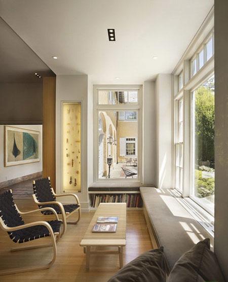 یک فضای شیک در دکوراسیون داخلی با نشیمن های دنج پشت پنجره+تصاویر