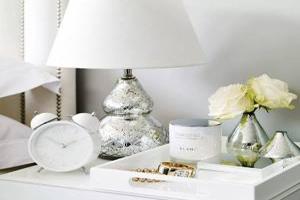 تزیین میز کنار تخت خواب با گل و شمع