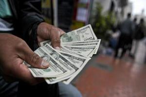 در صفهای دلاری شلوغ مقابل صرافیها چه میگذرد؟