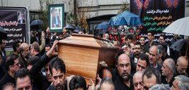 اشک های فرزند دکتر محمدتقی نوربخش در مراسم تشییع پدرش