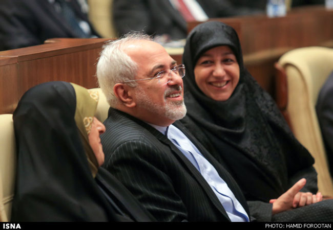 محمدجواد ظریف و همسرش در یک اجلاس+عکس