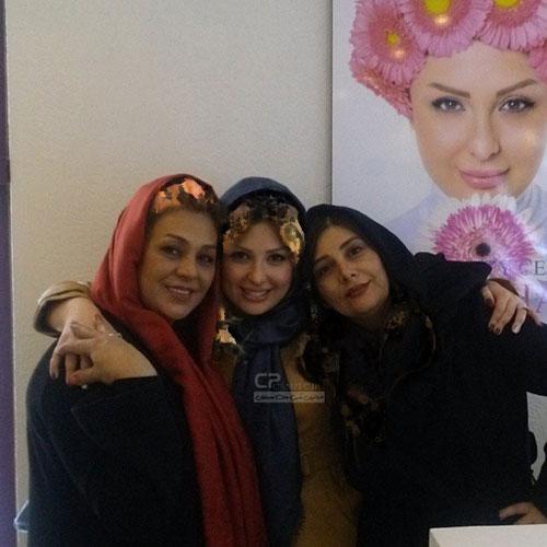 عکسی متفاوت از نیوشا ضیغمی بر دیوار سالن زیبایی اش / عکسی با همراهی همکاران بازیگرش