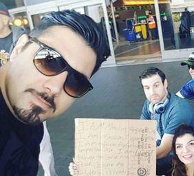 احسان خواجه امیری خواننده پاپ و سلفی با معترضان آمریکایی در فرودگاه!