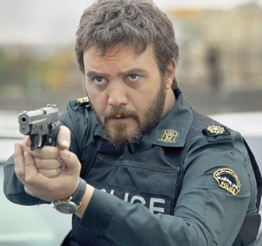 کامبیز دیرباز با نقش مأمور امنیتی