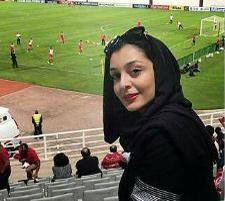 ساره بیات بازیگر سینمای ایران در حال تماشای بازی پرسپولیس!+تصاویر