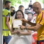 خواستگاری دختر جوان با لباس عروس از فوتبالیست مشهور