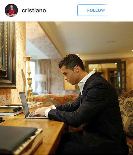 کریستیانو رونالدو در حال کار با لپ تاپش!+عکس