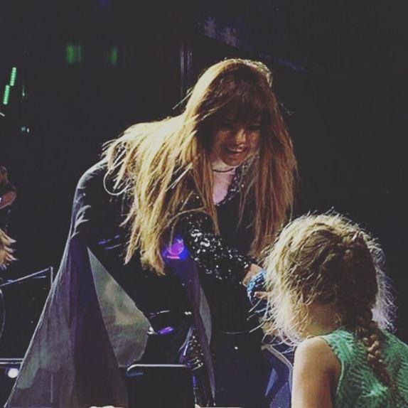سلنا گومز و دست دادن با یک دختربچه در کنسرتش!+عکس