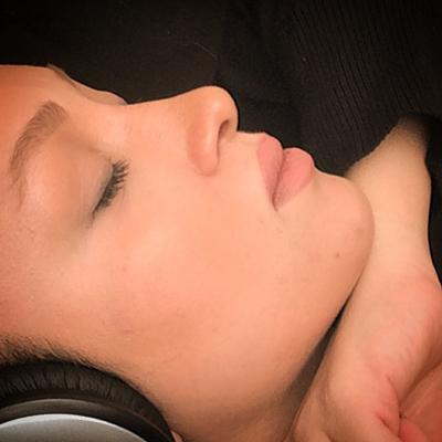دوعکس سلفی از چهره روناک یونسی درحال گوشی دادن موسیقی و…