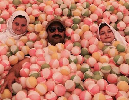محسن تنابنده و سارا و نیکای سریال پایتخت در استخر توپ+عکس