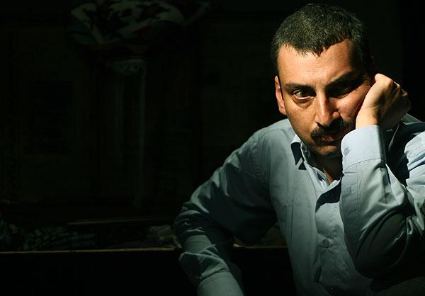 ارژنگ امیرفضلی بر سر مزار پدرش+تصاویر