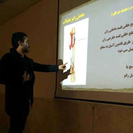 همسر روناک یونسی در حال تدریس در کلاس +عکس