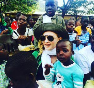 مدونا خواننده آمریکایی برای کمک به آفریقا رفت!+تصاویر