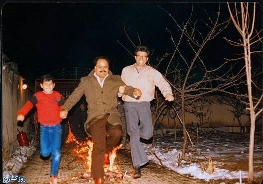 استاد شجریان و اکبر عبدی در حال پریدن از روی آتش/عکس