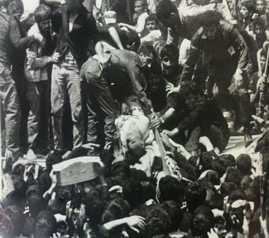 عکس دیده نشده ای از شکستن تابوت امام خمینی/خرداد ۱۳۶۸