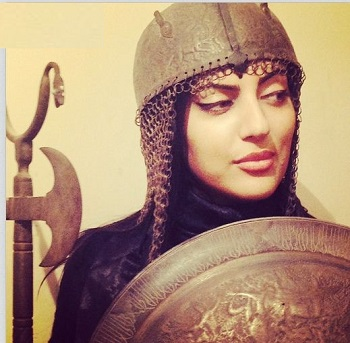 عکس جالب هلیا امامی با سپر و کلاه خود!